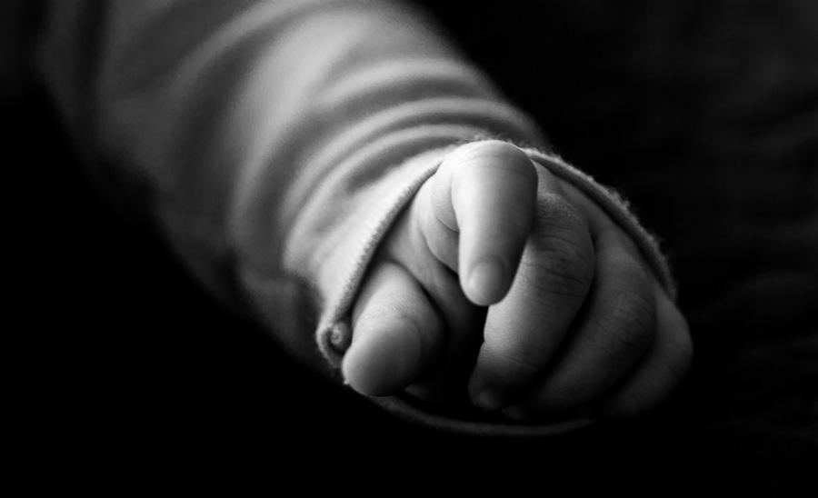 main d'enfant en noir et blanc