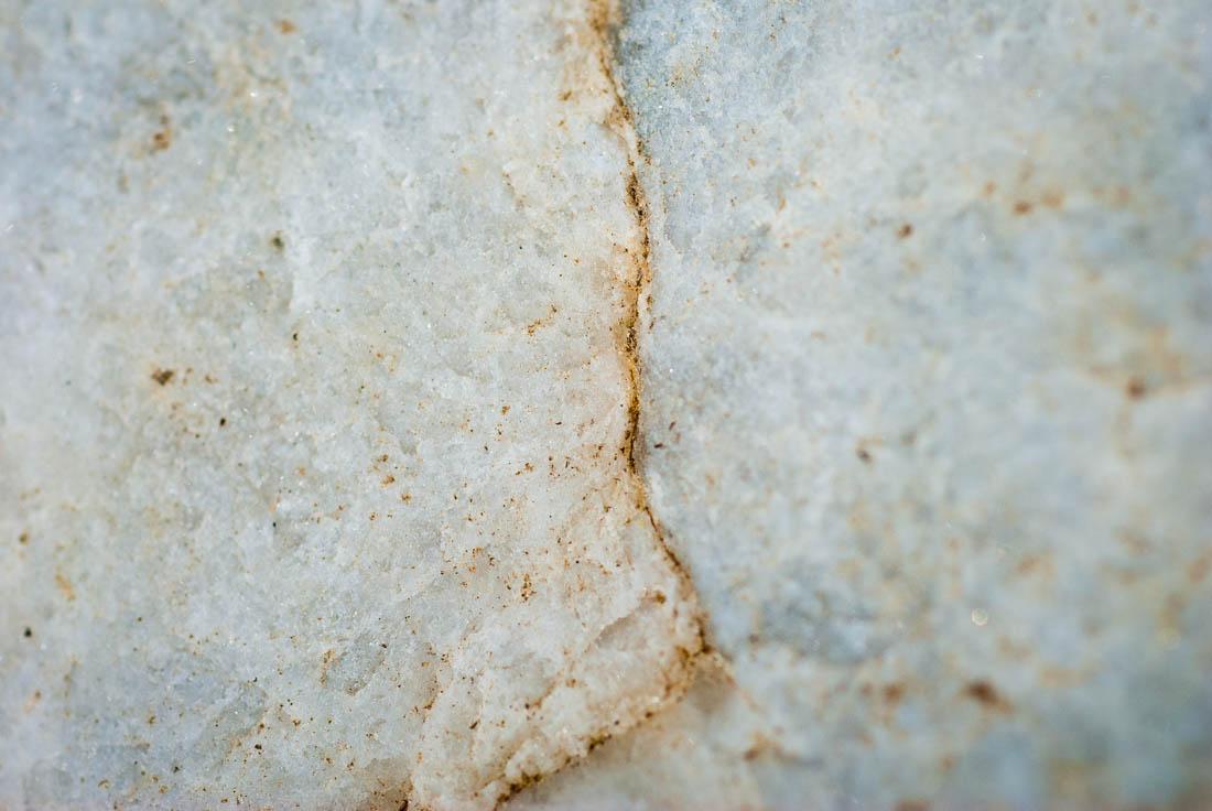 roche blanche avec une ligne incrustée