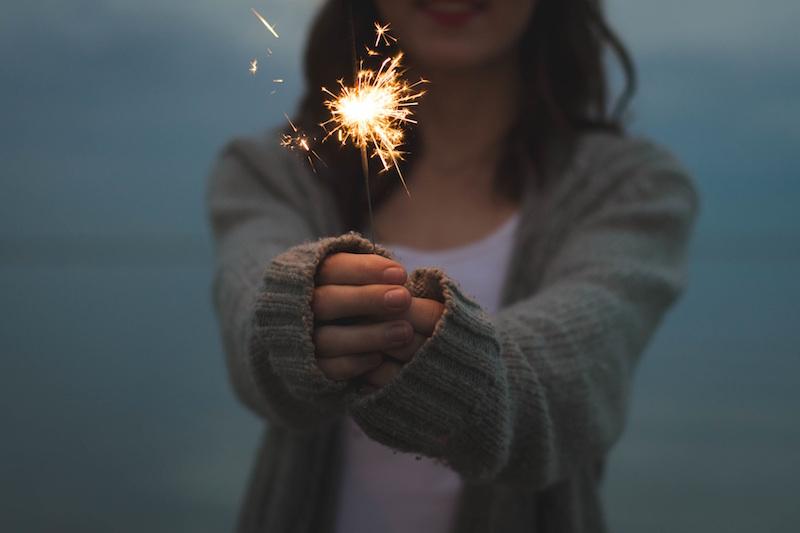 femme tenant une flamme d'anniversaire