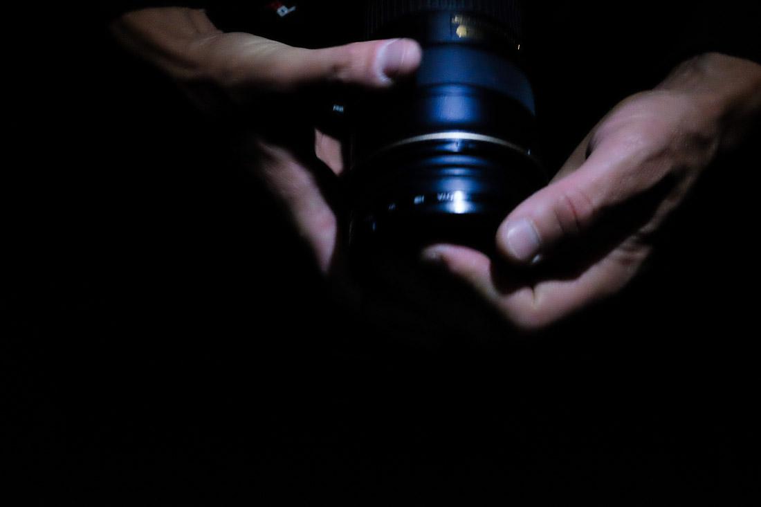 main tenant un appareil photo en clair obscur