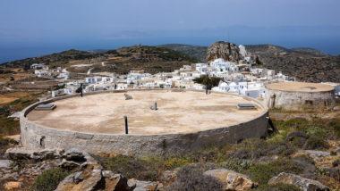 Citerne et vue du village de Chora à Amorgos - Grèce