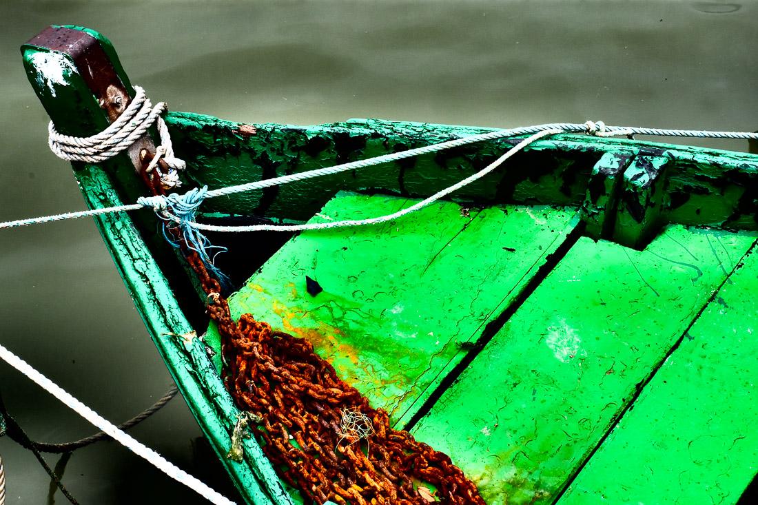 bateau attaché par des cordes