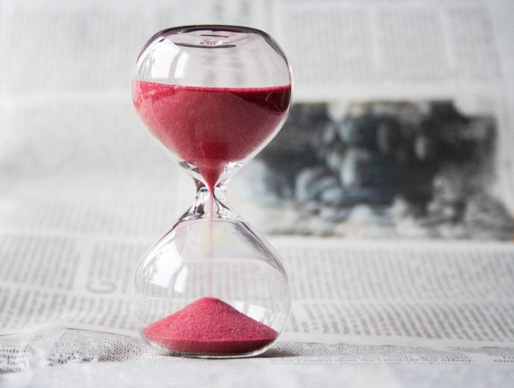 Sablier du temps qui passe de l'entrepreneur qui se sent coupable !