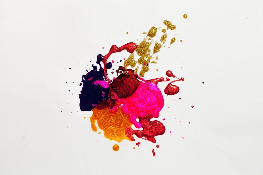 Tâche de peintures de plusieurs couleurs entrelacées ou comment exprimer sa créativité !