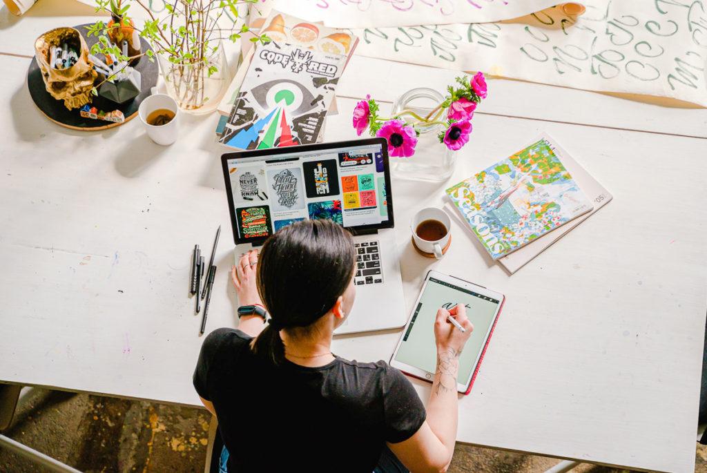 Femme devant son ordinateur en pleine créativité