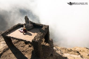 Autel dans la montée du cratère du mont Bromo, Java, Indonésie