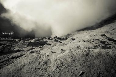 Cratère du mont Bromo et son nuage de fumée, mont Bromo, Java, Indonésie