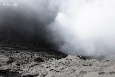Cratère du mont Bromo et son nuage de fumée, Java, Indonésie