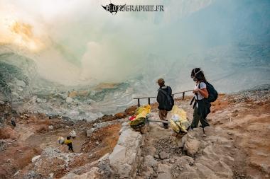La descente dans le cratère, Kawah Ijen, Java, Indonésie