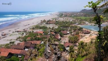 La plage et le village à Parangtritis, Java, Indonésie