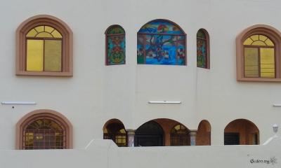 Maison omanaise blanche aux vitraux multicolores